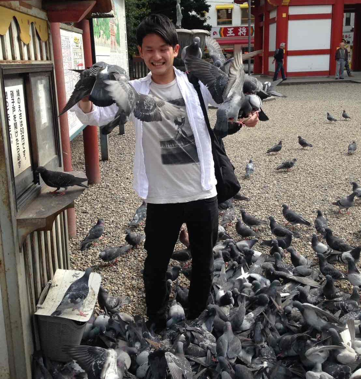 鳩に囲まれて緊張しながらも記念撮影